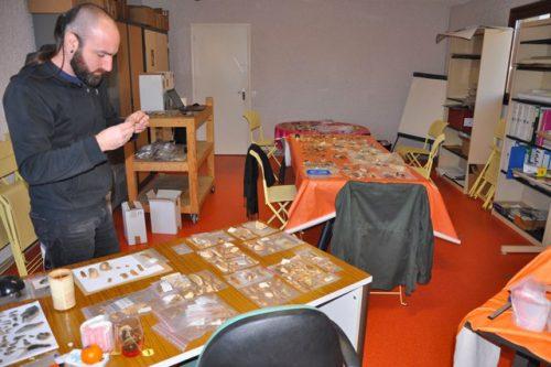 Les préhistoriens étudient les collections du musée