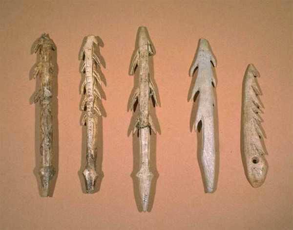 Harpons de bois de cervidé, Paléolithique (cliché R. Delon)